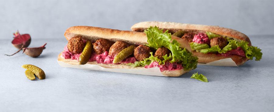 Vegansk baguette med köttbullar och rödbetssallad